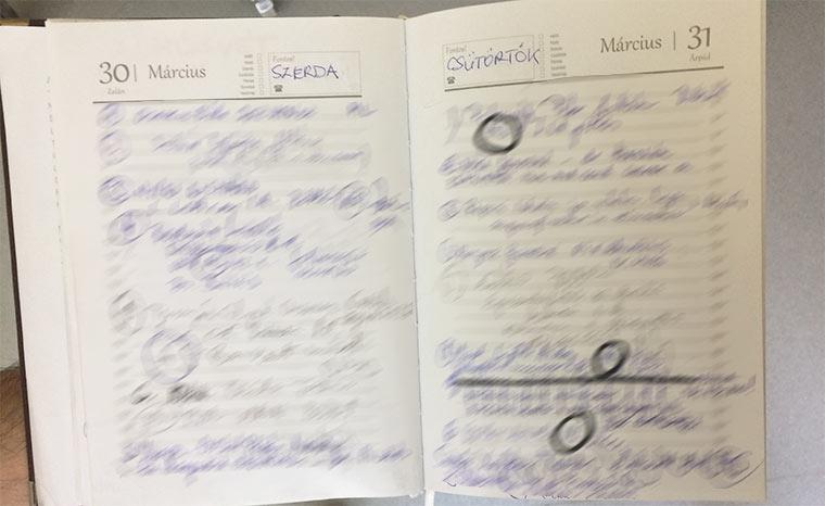 az egyik naplóról fotó, ami mutatja, hogy olvashatatlan az egész és össze-vissza van firkálva