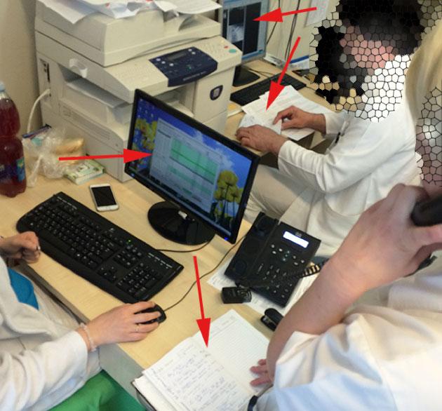 Rendelés, ahol látható a környezet: külön számítógépet használ az orvos, az adminisztrátor, közben egy másik adminisztrátor telefonon az egyik naplót lapozgatja