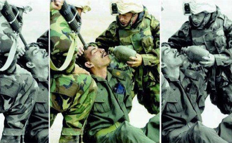 két katona egy harmadik katonát lefog és megitat, miközben az egyikük fegyvert fog az ivó katona fejéhez. A képet megvágva más értelmet nyer a fotó.