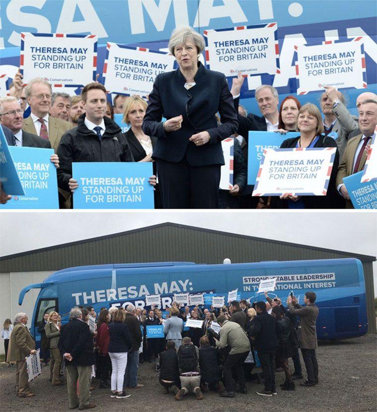 Theresa May közeli fotón sajtótájákoztatót tart mögötte tömeg, ugyanez a kép távolabbról fotózva látszik, hogy csak mellette és mögötte állnak sokan, egyábként nincsenek többen húsz embernél